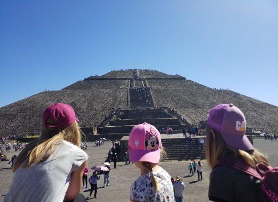 devant la pyramide du soleil
