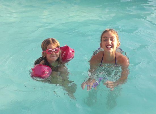 les filles se rafraîchissent dans sa piscine